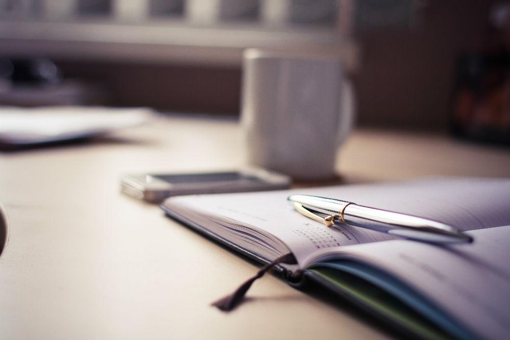 /var/www/vhosts/ludskourecou.sk/httpdocs/W/wp content/uploads/2016/10/luxury silver pen with a business diary picjumbo com